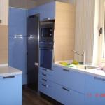 muebles de cocina estilo moderno en color azul, con encimera de Xilestone